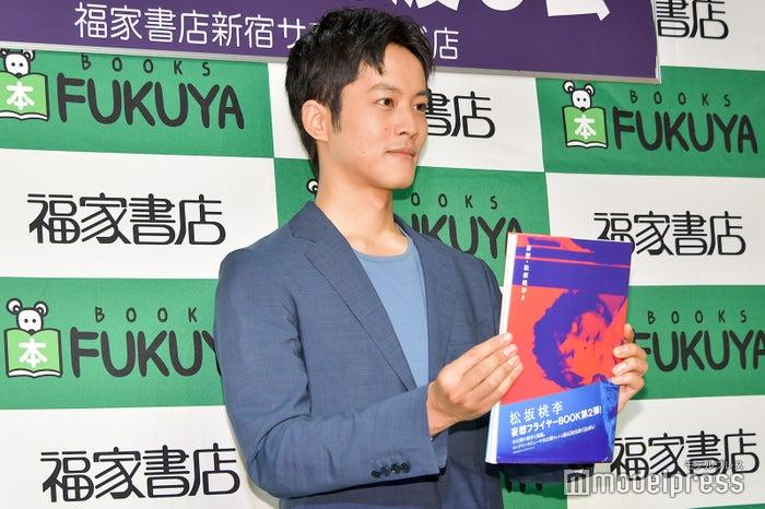 「本を前に押し出す感じで」というリクエストに応じる松坂桃李(C)モデルプレス
