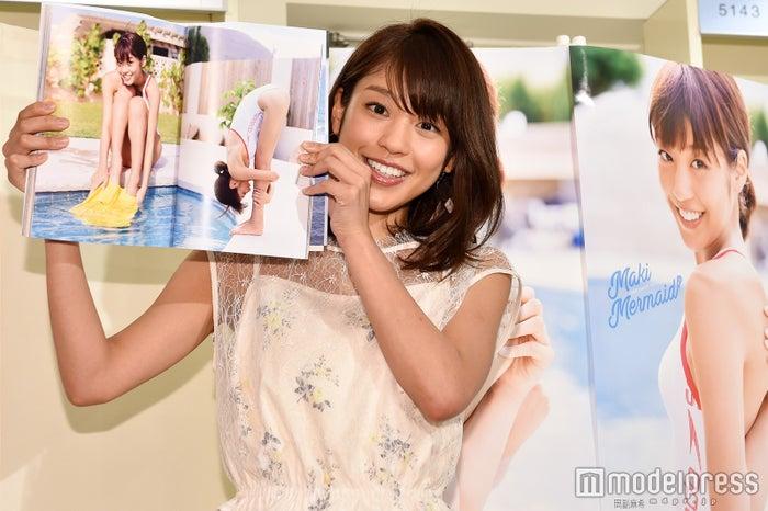 お気に入りカットを見せる岡副麻希 (C)モデルプレス