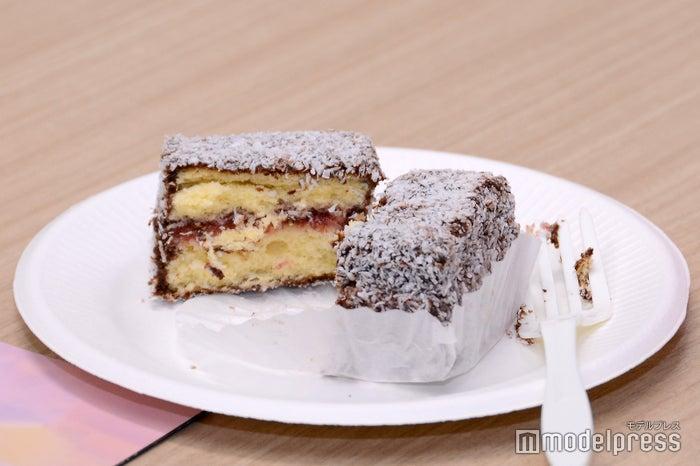 四角いスポンジケーキにチョコ、乾燥ココナッツをまぶしたラミントンケーキはクイーンズランド州発祥の伝統菓子(C)モデルプレス