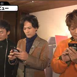 SNSアップに夢中な3人(C)AbemaTV