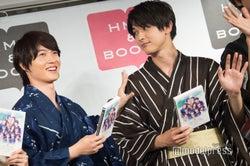 フォトセッション中、しきりに吉沢亮の肩をたたく神木隆之介 (C)モデルプレス
