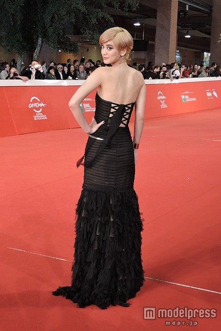「第9回ローマ国際映画祭」のレッドカーペットに参加した山崎紘菜【モデルプレス】