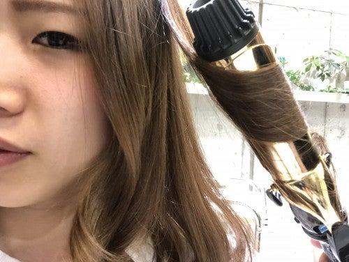 コメカミから上の髪を厚めにとらないように縦巻きミックス