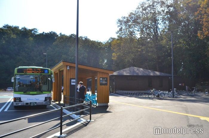 メッツァ前のバス乗り場(C)モデルプレス