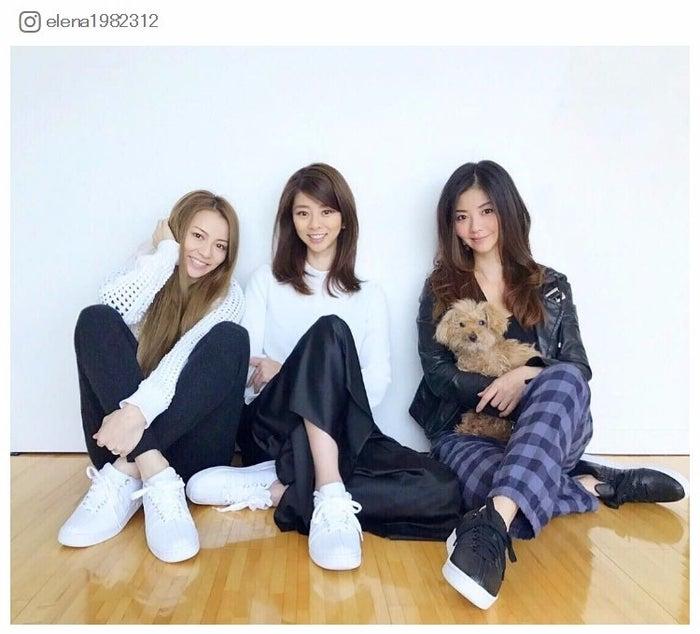 香里奈、美人三姉妹でお揃いコーデ 久々集合ショットにファン歓喜(左から:香里奈、えれな、能世あんな)/えれなInstagramより
