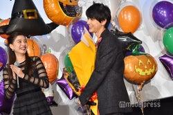 Nissyを見守る吉沢亮(右)、微笑む新木優子 (C)モデルプレス