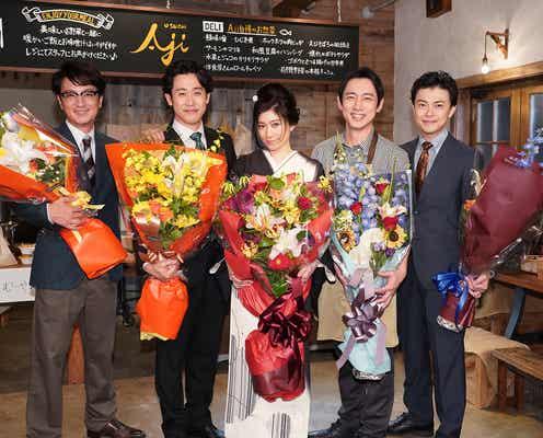 篠原涼子「ハケンの品格」笑顔でクランクアップ 初代メンバーで記念撮影も