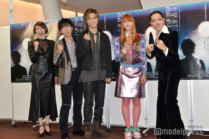 (左から)シルビア・グラブ、河合郁人、橋本良亮、山下リオ、ROLLY(C)モデルプレス