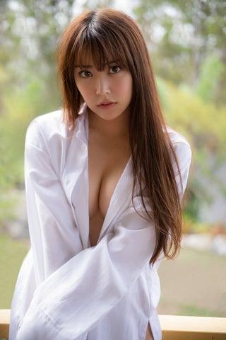 NMB48白間美瑠、谷間くっきり美バスト SEXYな白シャツ姿を披露