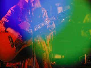コレサワ、初の無観客生配信ライブはバンド編成&弾き語りと盛り沢山の内容で全16曲を披露