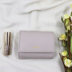 【スリーコインズ】人気すぎて欠品続出!ベージュカラーが可愛いミニ財布