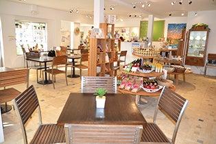 チリア・エクスクイジット・アロハ明るく広々としたカフェスペース