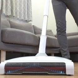 クレヨンの落書きも消える!床の水拭き、から拭き、ゴミ掃きが一気にできるごみ取り電動モップ。時短にもなって利便性アップ