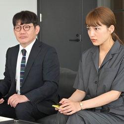 飯尾和樹(ずん)、川口春奈 「着飾る恋には理由があって」第9話より(C)TBS