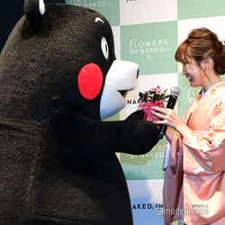 (左から)くまモン、紗栄子(C)モデルプレス