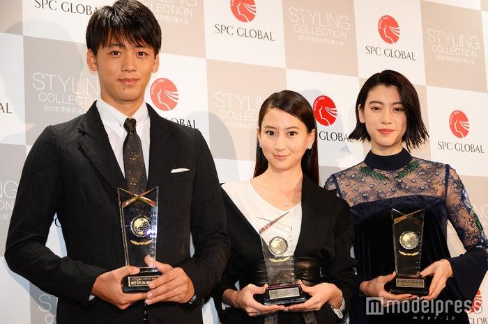 「ベスト スタイリング アワード 2016」を受賞した(左から)竹内涼真、河北麻友子、三吉彩花(C)モデルプレス
