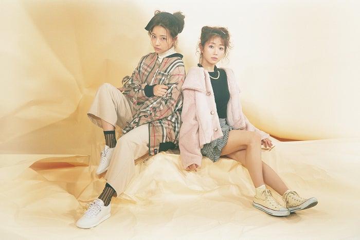 (左から)村瀬紗英(NMB48)、大谷映美里(=LOVE)/雑誌「bis」1月号/写真提供:光文社