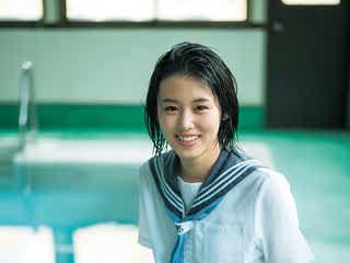 竹内愛紗、制服で今しかない青春の輝きを放つ
