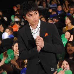 端のファンにも丁寧に挨拶をする間宮祥太朗 (C)モデルプレス