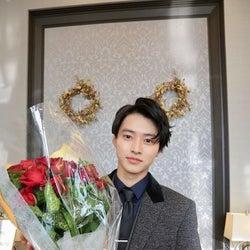 山崎賢人×赤いバラに「素敵」「カッコよすぎ」の声<トドメの接吻>