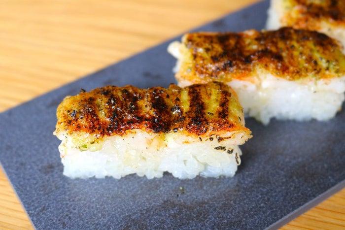 えびとバジルソースの炙り押し寿司/画像提供:KINKA FAMILY JAPAN