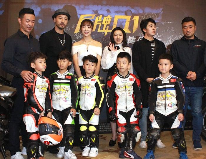 (左から)李松泽監督、葉山豪、童苡萱、後藤郁、于效辰、高橋幸司&少年バイクレーサーたち