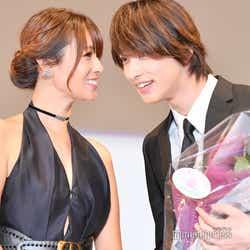 顔を近づけて2人だけの会話を楽しむ深田恭子、横浜流星(C)モデルプレス