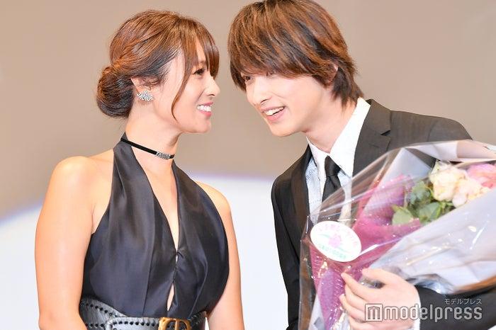 会場も大歓声の深田恭子と横浜流星の再会 (C)モデルプレス