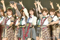 AKB48「ヘビロテ」「エビカツ」「恋チュン」…ヒット曲続々歌唱で会場沸かす 新曲もパフォーマンス<関コレ2017A/W>