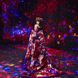 """玉城ティナ、極彩アート空間で艶やか姿 蜷川実花が""""ミューズ""""を撮り下ろし"""