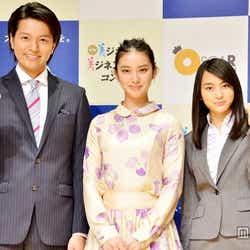 武井咲(中央)と「第1回美ジネスマン&美ジネスウーマンコンテスト」グランプリに輝いた長濱慎さん(左)、菊田彩乃さん(右)