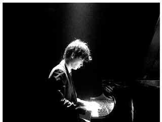 綾野剛、ピアノの腕前披露「BABY復活」「サクラ先生素敵」絶賛の声続々