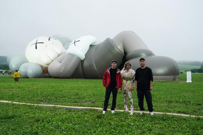 (左から)KAWS氏、ローラ、SK LAM氏/画像提供:「KAWS:HOLIDAY」PR事務局