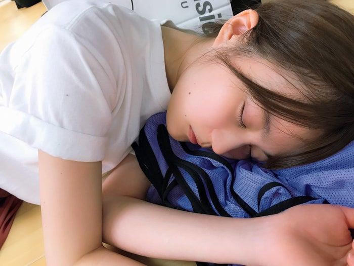 レッスン場で眠る生田絵梨花(撮影:白石麻衣)/提供写真