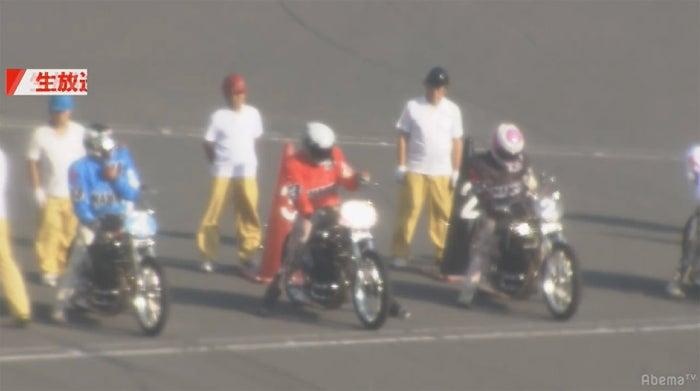 レーススタート前の森且行(中央)/(C)AbemaTV