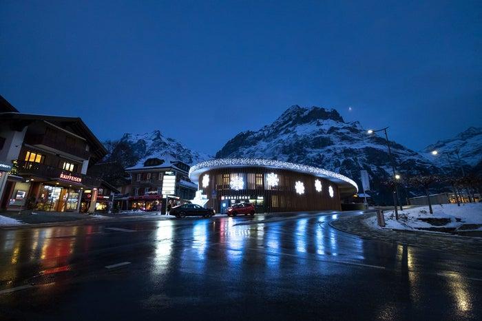 ライトアップされたグリンデルワルトにある施設(スイス)/photo by ぱくたそ