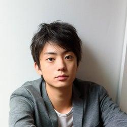 <伊藤健太郎(いとう・けんたろう)プロフィール>1997年6月30日生まれ、東京都出身。身長179cm。2014年にドラマ「昼顔~平日午後3時の恋人たち~」で俳優デビュー。「TERRACE HOUSE」スタジオメンバー、2017年出演のドラマ「アシガール」出演などを経て、2018年「今日から俺は!!」では主演の賀来賢人とコンビを組み話題に。21歳の誕生日である6月30日に健太郎から本名に改名した。待機作に映画「劇場版 新幹線変形ロボシンカリオン 未来からきた神速のALFA-X」(声優/12月27日公開)、「のぼる小寺さん」(2020年6月公開)。