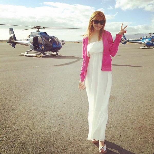 ヘリコプターでハワイの散歩を満喫した愛沢えみり/愛沢えみりInstagramより【モデルプレス】