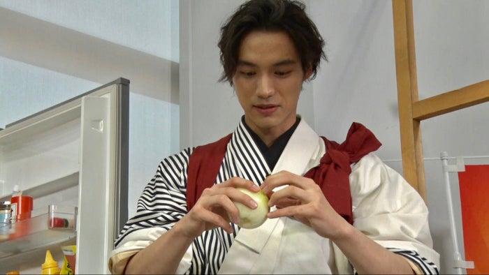 料理に挑戦している福士蒼汰(C)日本テレビ