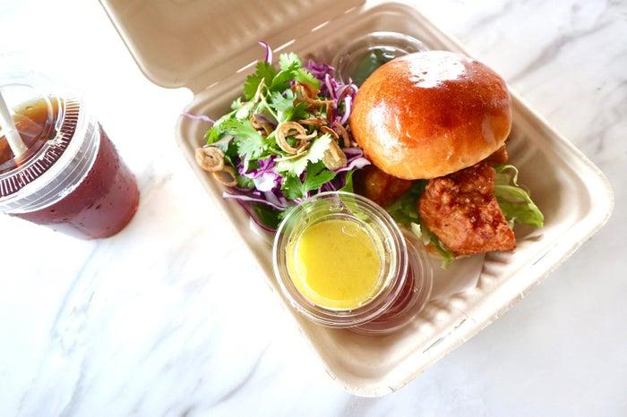 シンガポールフライドチキンバーガー - シュリンプペーストでマリネしたチキン、スウィートチリソース、赤キャベツとハーブのサラダ/画像提供:bills japan