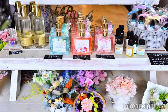 香水、雑貨、ドライフラワーなど欲しくなるアイテムがたくさん(C)モデルプレス