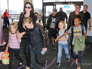 ブラピ&アンジー、家族が全員集合して大移動
