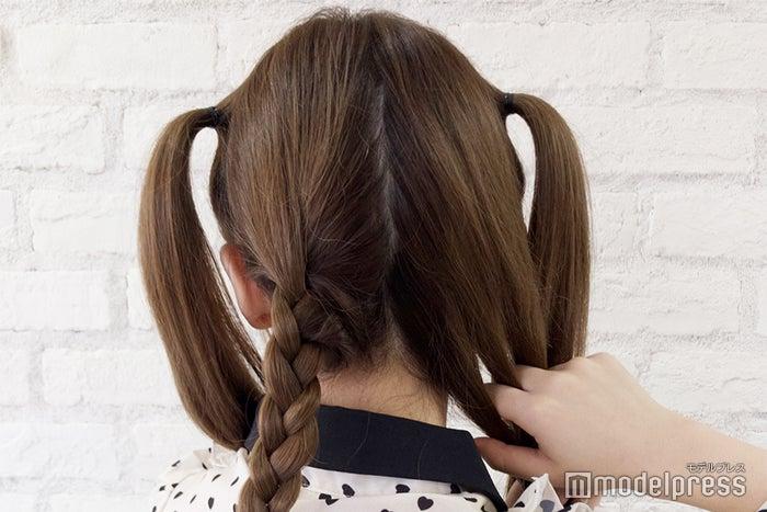 残りの髪の毛を編んでいきます (C)モデルプレス