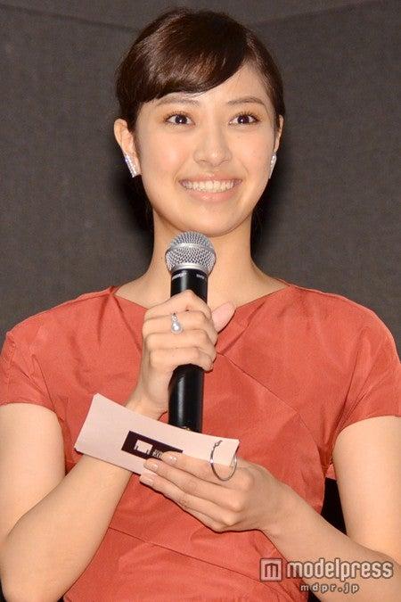 「第27回東京国際映画祭」記者会見(8月26日開催)で挨拶をする、岡本あずさ