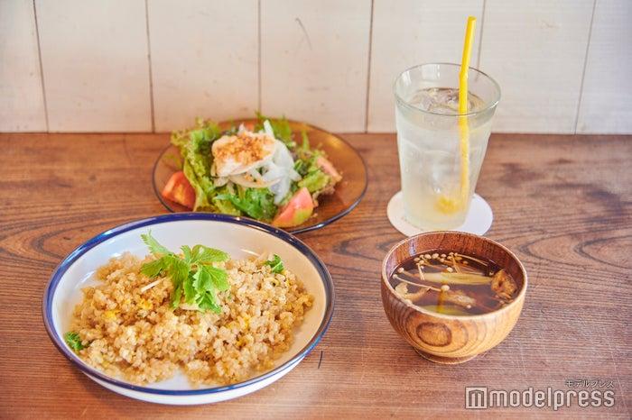 玄米チャーハン(いしるにんにく味) (C)モデルプレス