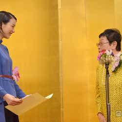 能年玲奈(左)と橋田壽賀子(右)