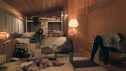 急いで片付ける安未とつば冴「TERRACE HOUSE OPENING NEW DOORS」10th WEEK(C)フジテレビ/イースト・エンタテインメント