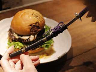 食べログ百名店 × 戦国武将の名刀!「本能寺の変バーガー」が発売スタート