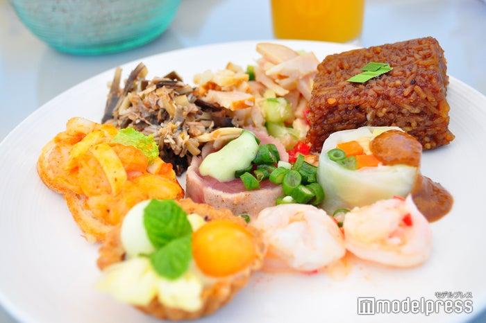 桟橋にある「NAGA BAR」でのブッフェ料理(通常は軽食メニュー提供)(C)モデルプレス