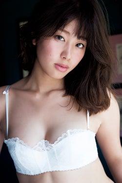 稲村亜美1st写真集「どまんなか」(小学館刊)より